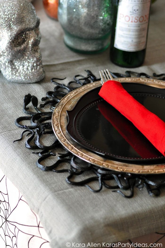 If I was going to host a Halloween dinner party I would find my table setting inspirations from these 13 fabulous Halloween Table Settings!