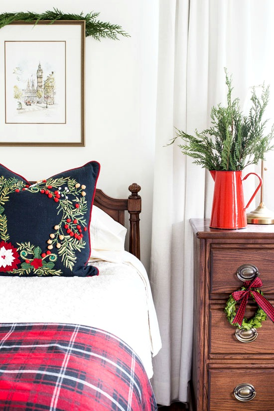 The holidays are approaching and this means out of town guests are coming! Look at these gorgeous guest rooms that are perfect for out of town holiday guests.